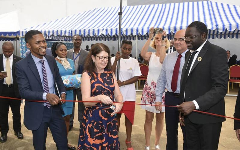 En Anglais: British Deputy High Commissionner au Cameroun, Mrs Sharon Ganney, a inauguré la centrale de cogénération installée sur le site d'Agrocam